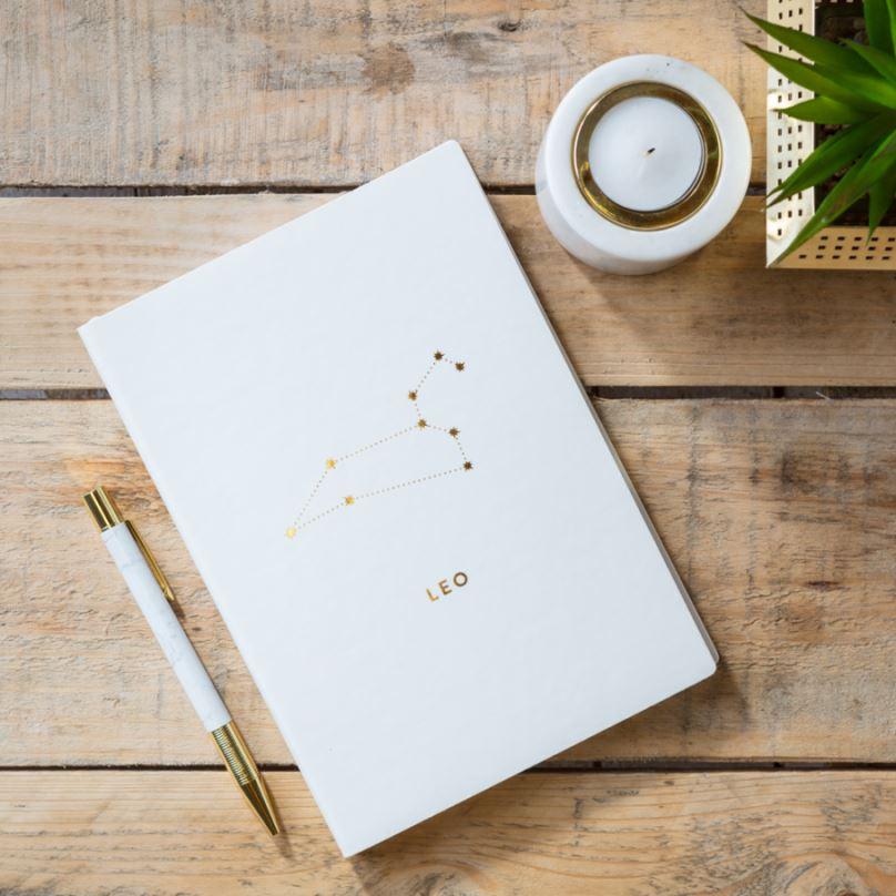 Notes v tvrdých deskách bílý se znamením LEV,  21,5x15,5x1cm